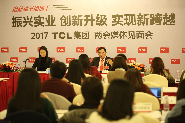【新闻高清图片2】第十二届全国人大代表,TCL集团董事长、CEO李东生与媒体见面,阐述发展战略新兴产业的意义.jpg